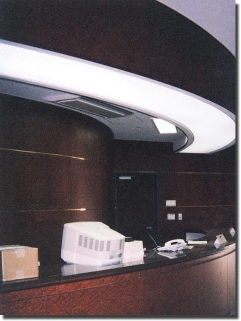 ホテルの対面受付カウンター(人工大理石天板)