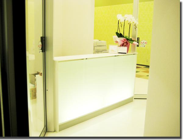 歯科医院の受付カウンター・内装工事(オーダー家具)